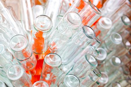 botellas vacias: botellas vac�as de vino en el estante