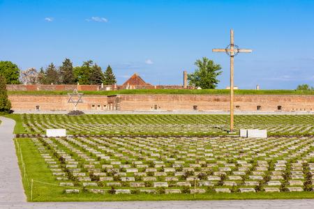 terezin: Piccola Fortezza Theresienstadt con il cimitero, Terezin, Repubblica Ceca Editoriali