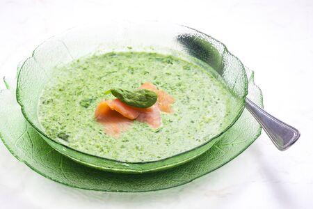 salmon ahumado: sopa de espinacas con salmón ahumado