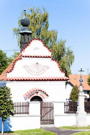 reloj de sol: iglesia con el reloj reloj de sol, Sveradice, República Checa