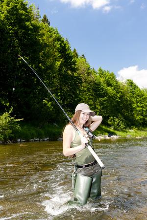 pêche à la femme dans la rivière, la République tchèque Banque d'images