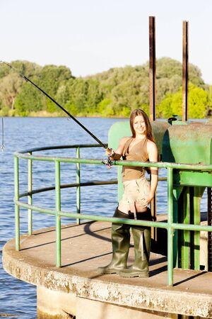 jeune femme pêche à l'étang Banque d'images