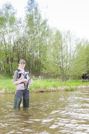 femme de pêche en étang
