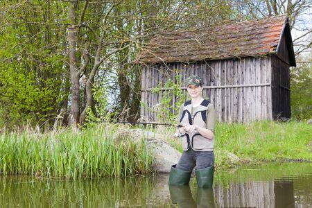 pêche en étang femme au printemps Banque d'images