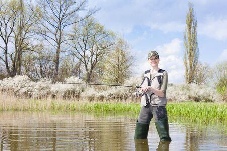femme de pêche dans l'étang au printemps