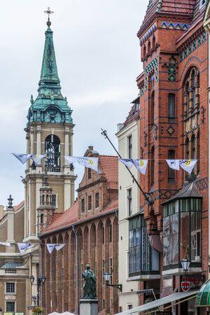rynek: Nicolaus Copernicus monument in front of city hall of Torun, Rynek Staromiejski, Kuyavia-Pomerania, Poland Editorial
