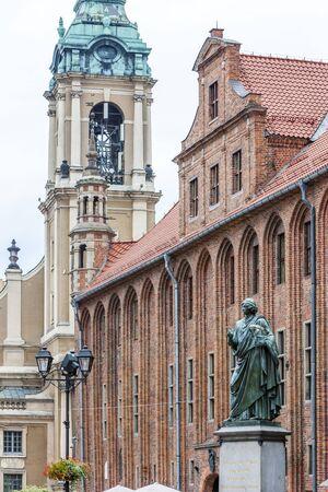 rynek: Nicolaus Copernicus monument in front of city hall of Torun, Rynek Staromiejski, Kuyavia-Pomerania, Poland Stock Photo