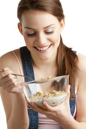 comiendo cereal: retrato de mujer comiendo cereales