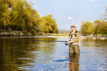 pêche femme dans la rivière au printemps