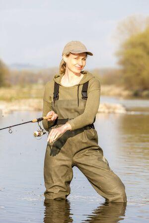 pêche femme dans la rivière