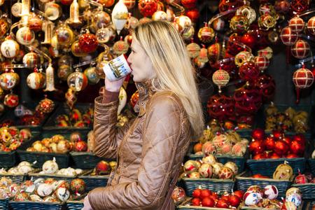 vin chaud: femme, boire, vin chaud au marché de Noël, Vienne, Autriche