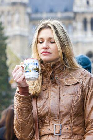vin chaud: femme, boire, vin chaud au march� de No�l, Vienne, Autriche