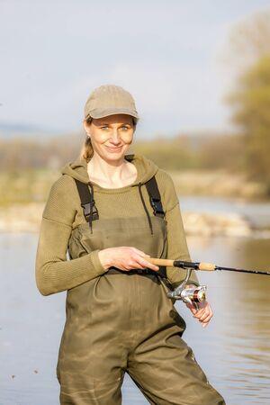pêche femme dans la rivière Banque d'images