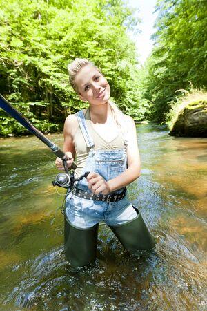 femme de pêche en rivière