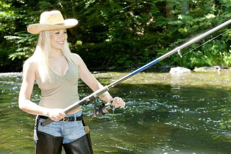 femme de pêche en rivière Banque d'images