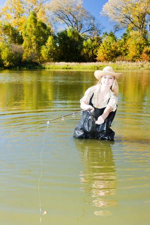 femme de pêche en étang  Banque d'images