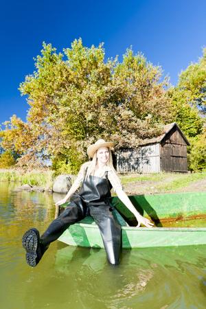 fisher femme assise sur le bateau