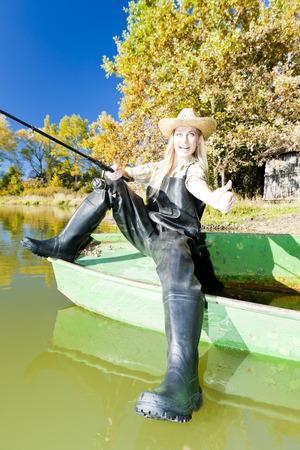 femme de pêche assis sur un bateau Banque d'images