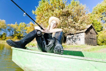 femme de pêche assis sur un bateau