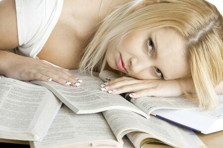 cansancio: Retrato de estudiante de mentir en libros Foto de archivo