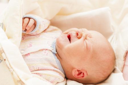 ojos tristes: Retrato de llanto del bebé recién nacido Foto de archivo