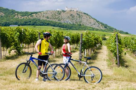 bikers, ruïnes van Devicky kasteel met wijngaard, Tsjechië