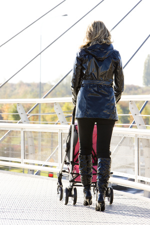 niño empujando: mujer con cochecito de paseo