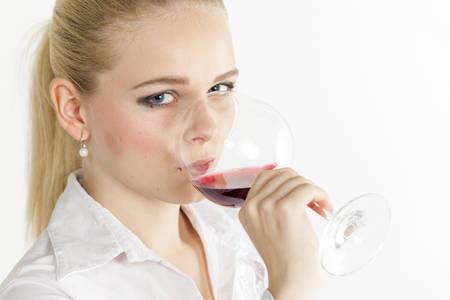 tomando alcohol: retrato de una mujer joven que beber vino tinto