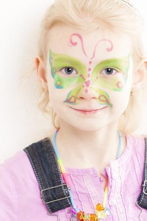 caritas pintadas: retrato de la niña con pintura de la cara