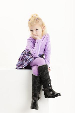 skirts: sentado niña que llevaba una falda Foto de archivo