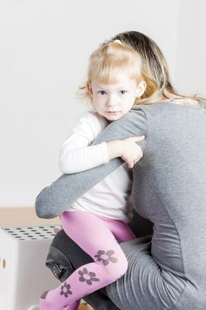 ni�os vistiendose: madre con su hija durante el cambio de la ropa