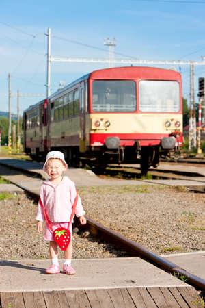 motor de carro: niña poco en la estación, República Checa