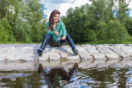 mujer pescando en el río en primavera