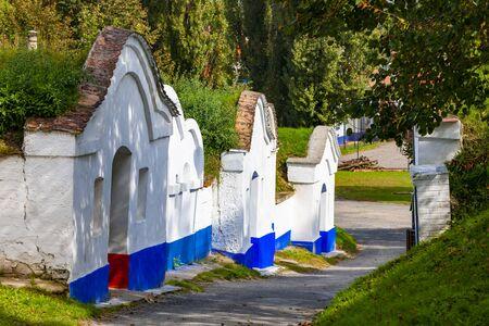 Grupo de bodegas típicas al aire libre en Moravia, República Checa