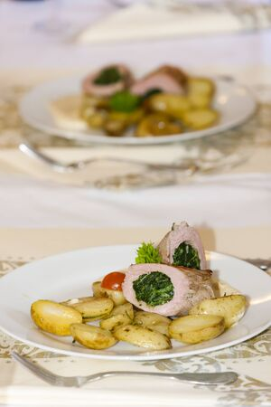 meat roll filled with spinach and roasted potatoes Stockfoto