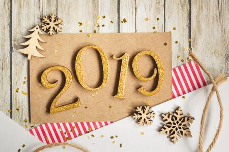 Weihnachtskarte 2019 mit Elementen des Scrapbooking: Papier, Schneeflocke, Weihnachtsbaum und Schnur. Standard-Bild