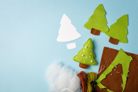 Giocattolo albero di pelliccia con dettagli ritagliati. Lavoretti in tessuto per bambini passo dopo passo. Come realizzare un simpatico albero di Natale in feltro. Set per creare un giocattolo per bambini. Divertente idea fatta a mano per i bambini