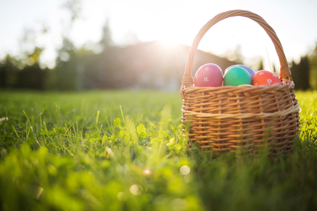 Easter eggs in a basket on the grass on a Sunny spring day close-up. 스톡 콘텐츠