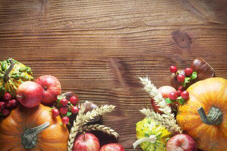 Fond d'automne avec des citrouilles et des pommes