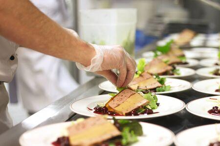 Chef preparando aperitivos en la cocina de un restaurante