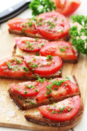 Whole Grain Bread With Tomatoes And Parsley Stockfoto