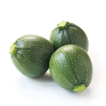 Tre zucchine rotonde isolate su bianco