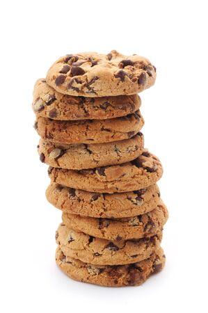 Cookies aux pépites de chocolat dans une pile isolée sur blanc