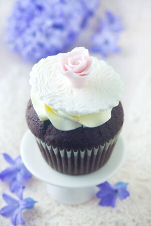 Dainty Cupcake Decorated With A Pink Rose Reklamní fotografie