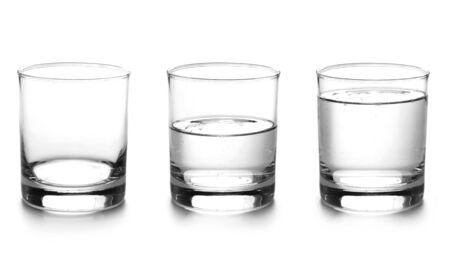 Bicchieri d'acqua, vuoto, mezzo pieno e pieno isolato su bianco