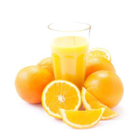 Un bicchiere di succo d'arancia isolato su bianco