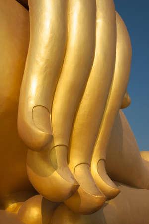dedo meÑique: dedo de oro del Gran Buda en el templo tailandés Foto de archivo