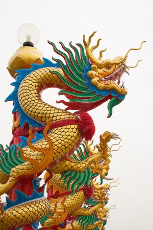 dragones: Dragon statue on pillar at chinese temple Foto de archivo