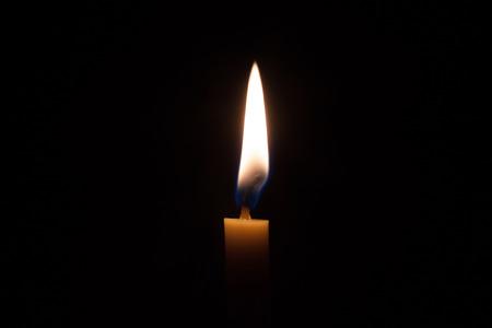 어두운 방에 불과 노란 촛불