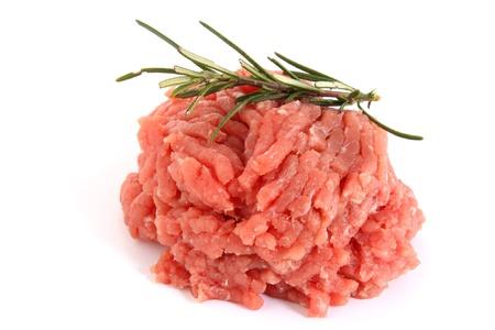 carne macinata: carne cruda tritata con rosmarino Archivio Fotografico